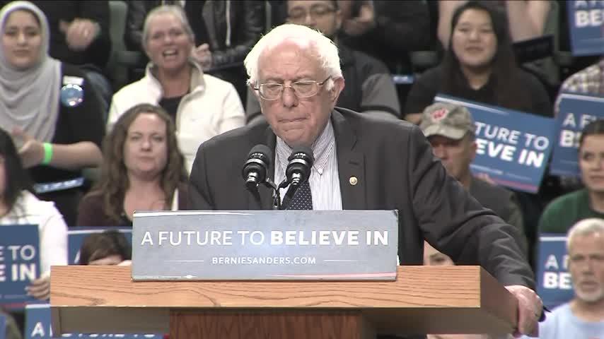 Sanders talks to crowd at UWGB Kress Center_32916761-159532