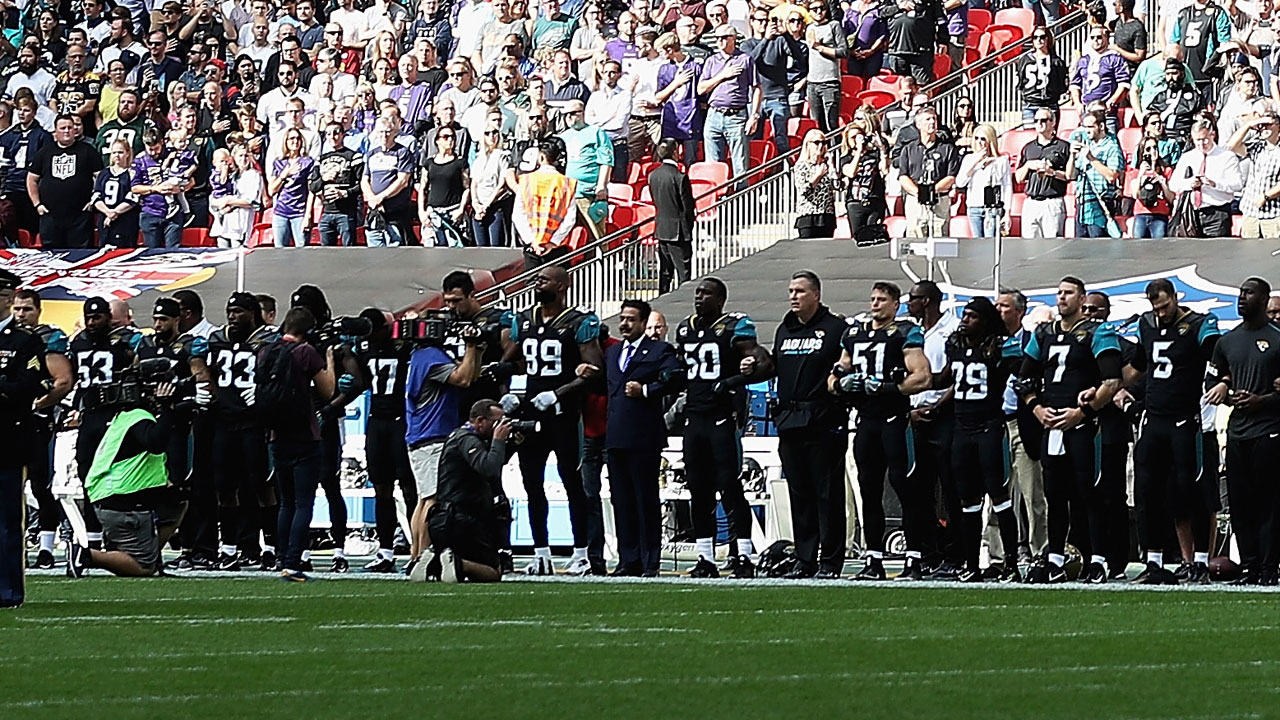 Jacksonville Jaguars on sideline during national anthem06726566-159532