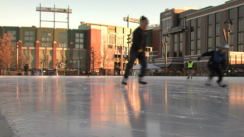 New Titletown ice rink is a big hit_34657999