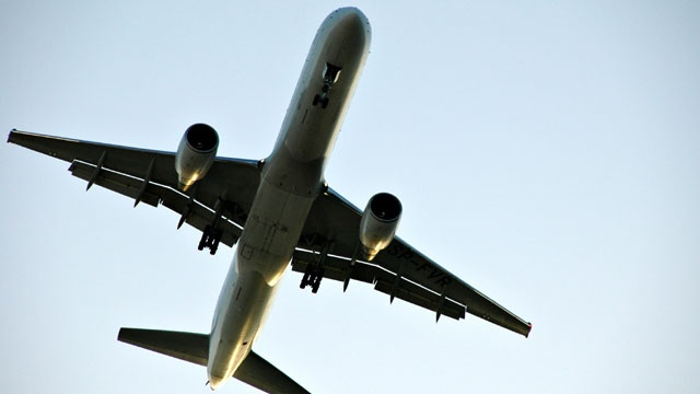 Plane landing on runway_2316748688040576-159532