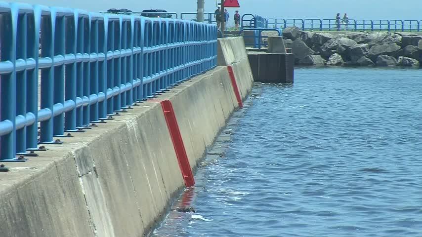 Lake Michigan water at a decade high level_02235958
