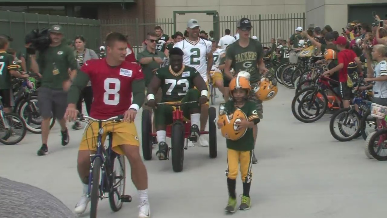 Packers Players Make Kids' Day with Bike Ride to Training Camp