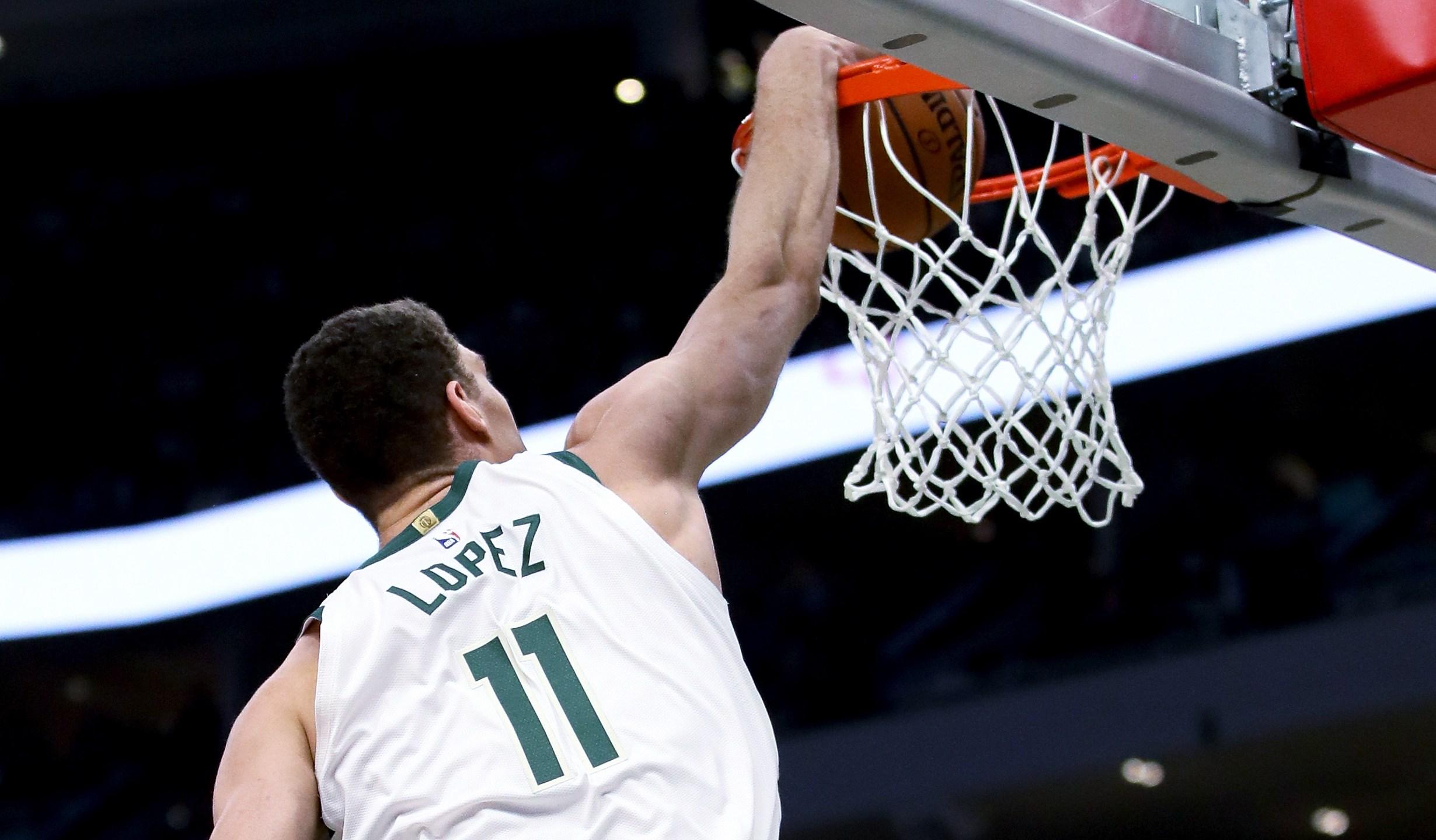 Bucks re-sign Brook Lopez